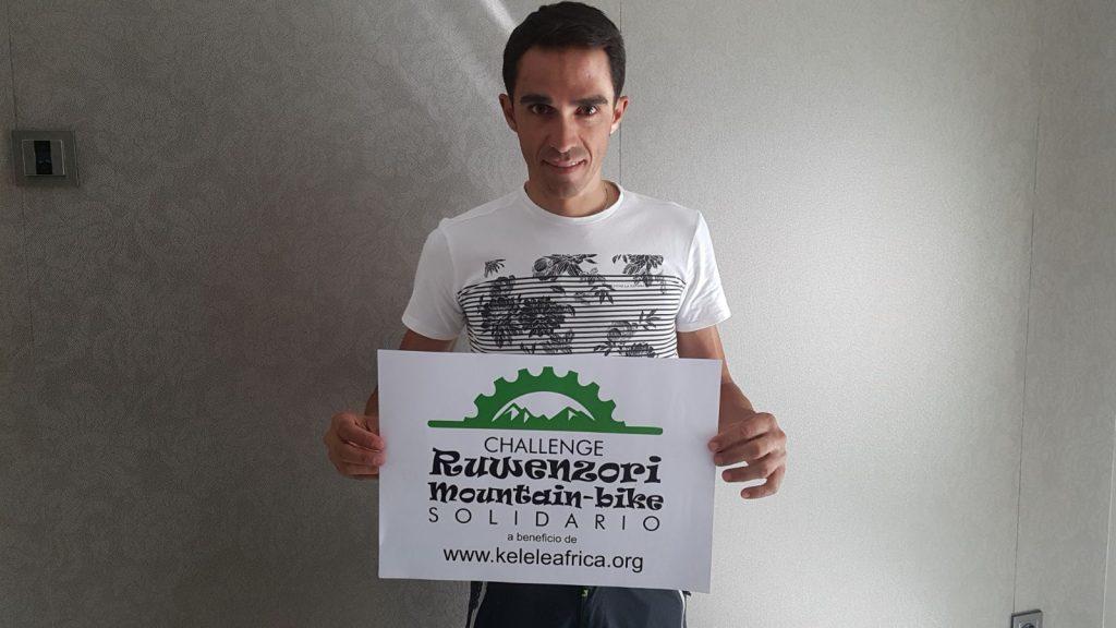 El ciclista Alberto Contador con un cartel del Challenge Ruwenzori Mountain-bike Solidario