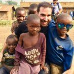 Challenge Ruwenzori Mountain-Bike Solidario jugando con los niños de Kimya