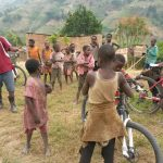 Challenge Ruwenzori Mountain-Bike Solidario hablando con la gente local