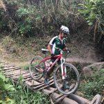 Challenge Ruwenzori Mountain-Bike Solidario cruzando un puente con la bici