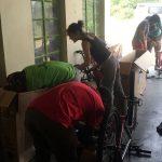 Challenge Ruwenzori Mountain-Bike Solidario desembalando las bicis