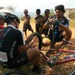 Challenge Ruwenzori Mountain-Bike Solidario arreglando un pinchazo